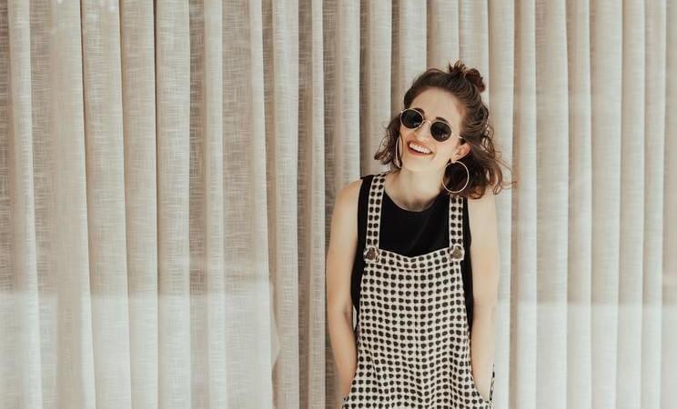 chica que sonríe y como captar talento para una startup